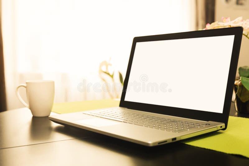 workspace z pustego ekranu laptopem na stole w domu obraz royalty free