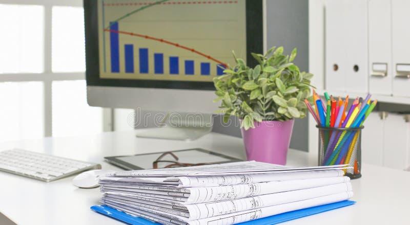Workspacepresentationsmodell, skrivbords- dator och kontorstillförsel på marmorskrivbordet royaltyfri fotografi