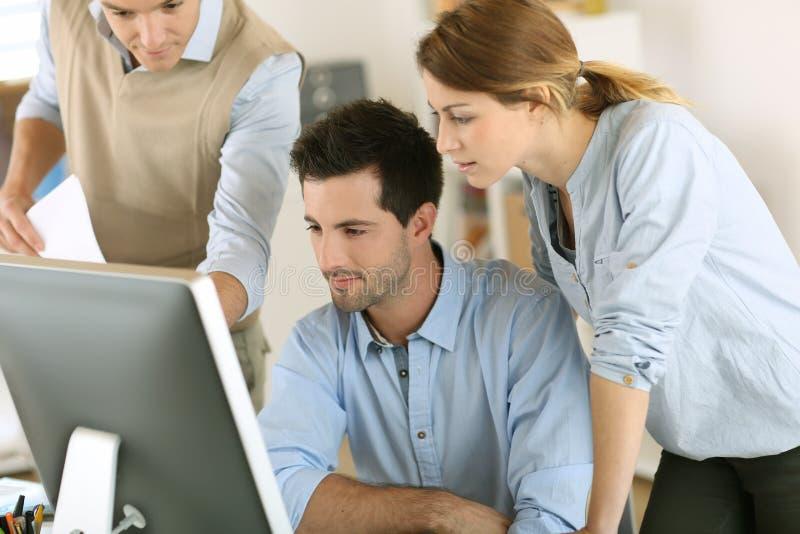 Workteam mit Computer im Büro lizenzfreie stockfotografie
