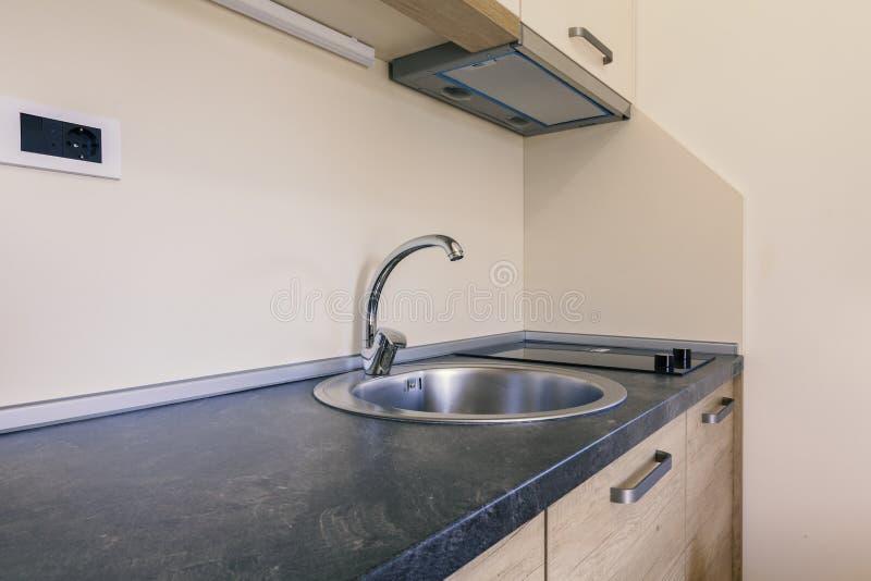 Worktop кухни с раковиной стоковые изображения rf