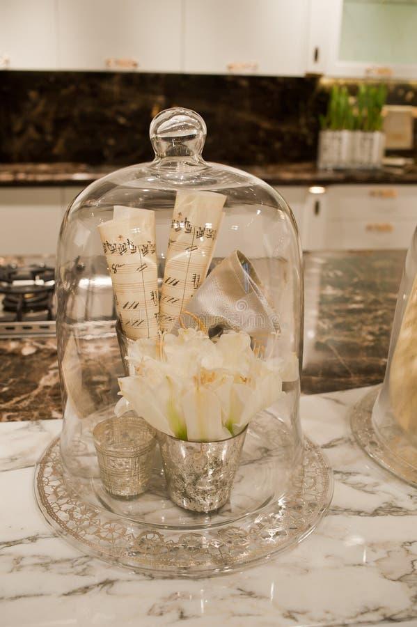 Worktop кухни с цветками стоковая фотография rf