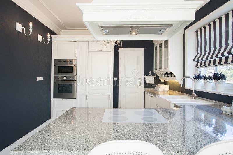 Worktop de mármol en cocina costosa imagenes de archivo