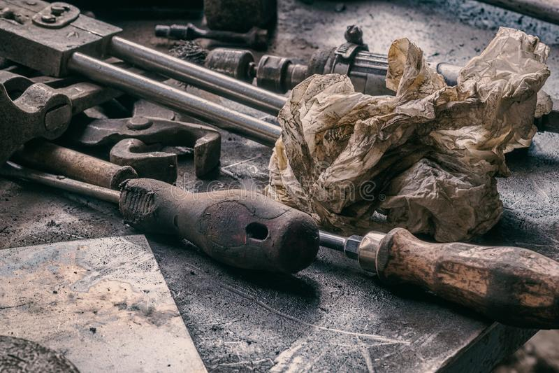 Worktop do mecânico - ferramentas e papel para a limpeza da mão imagens de stock