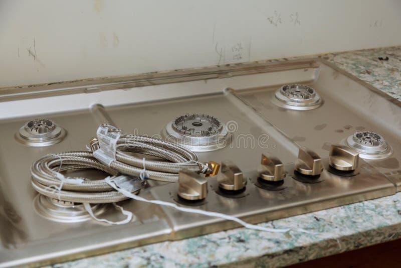 worktop perto do fogão de gás da instalação da casa nova do hob fotografia de stock royalty free