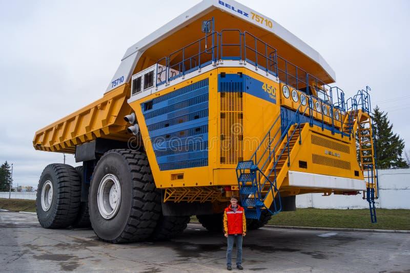 World' größter enormer LKW BelAZ s mit Mann für Skala stockbild