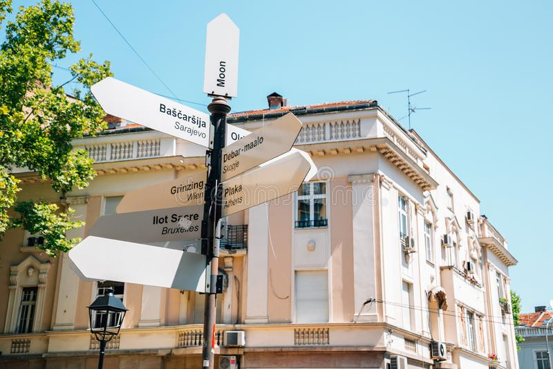 World Landmarks signpost in de oude stad Belgrado, Servië royalty-vrije stock foto