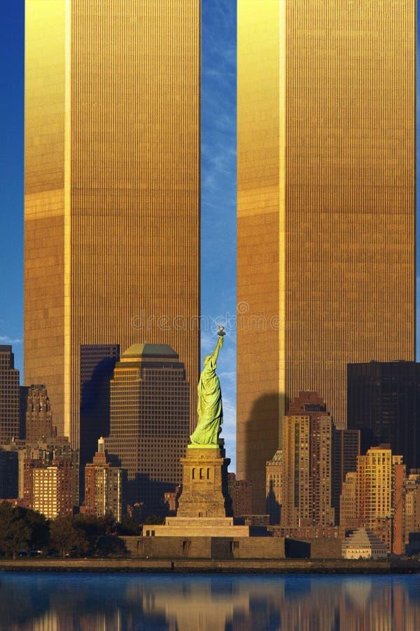World Trade Center agrandi derrière la statue de la liberté photos stock