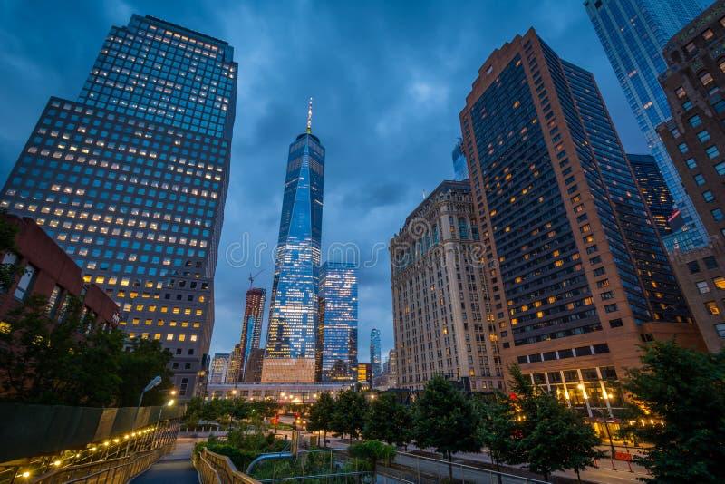 World Trade Center och byggnaderna längs den västra gatan på natten, i Lower Manhattan, New York City royaltyfri foto