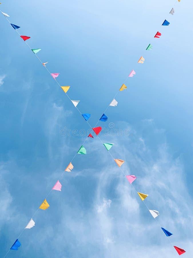 Worm's-Augen-Ansicht von buntes kleines Dreieck-mit dem Kopfe stoßenden Flaggen auf dem Seil stockfotos