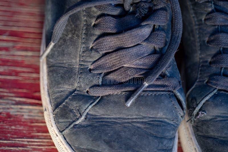Worn теннисная обувь и белые носки в солнечном свете раннего утра после разработки утра по заведенному порядку завершают, время, стоковая фотография rf