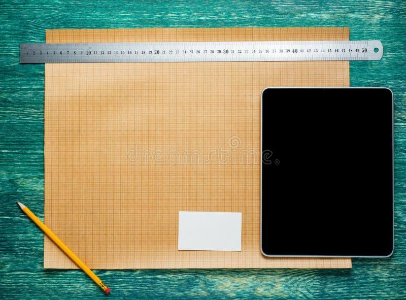 Worplace d'architecte sur la table en bois de bureau de vintage Fond de construction Outils d'ingénierie avec la tablette Vue sup photographie stock libre de droits