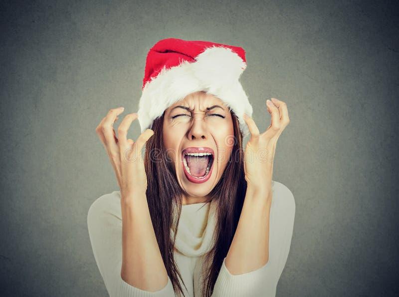 Worried ha sollecitato la donna enorme che porta il cappello del Babbo Natale che grida fotografia stock libera da diritti