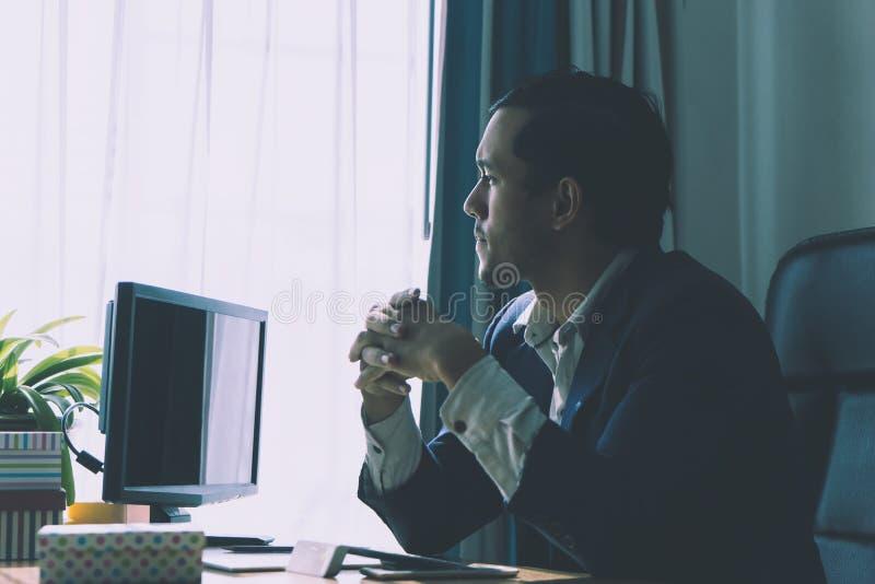 Worrired affärsman som ut ser frustrera för fönster royaltyfri fotografi