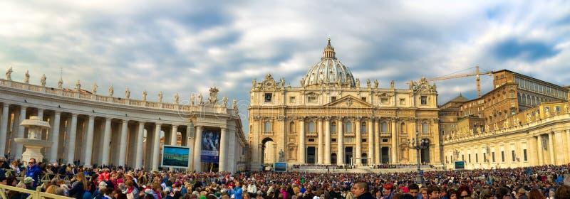 Worshipers bij St Peter Vierkant die op de Paus Francis wachten royalty-vrije stock fotografie