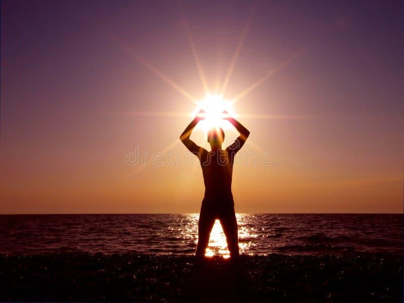 Worshiping de zon stock afbeelding