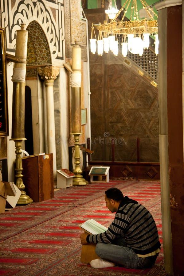 Worshipper alla moschea di Al-Ibrahimi di Hebron fotografie stock libere da diritti