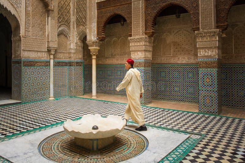 Worshipper islâmico em um madrasa antigo bonito fotos de stock