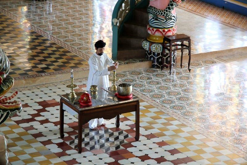 Worshipper in tempiale del cao Dai nel Vietnam fotografia stock