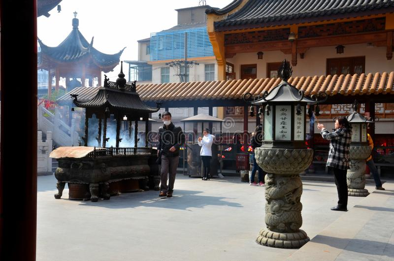 Worshippers на китайском виске Шанхае Китае Taoist стоковые изображения