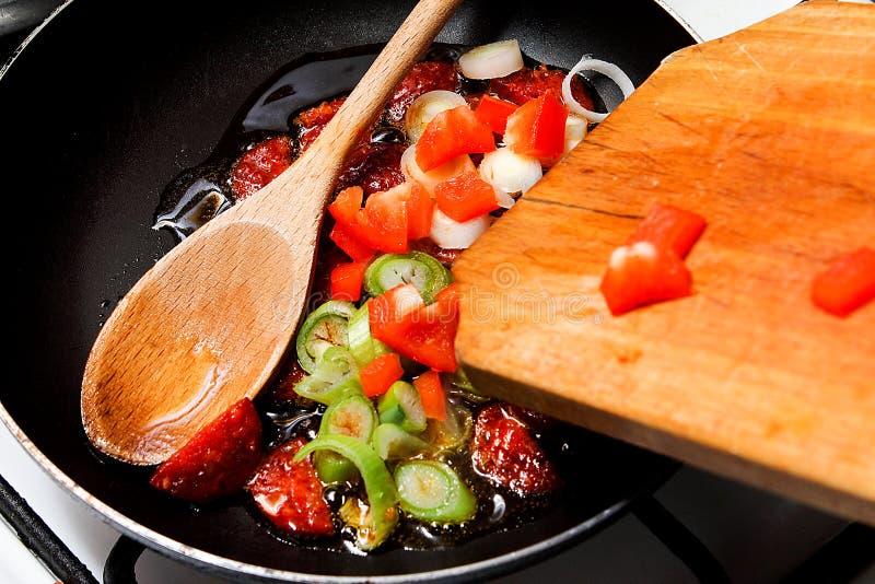Worst en plantaardig baksel Ontbijt het maken stock afbeeldingen