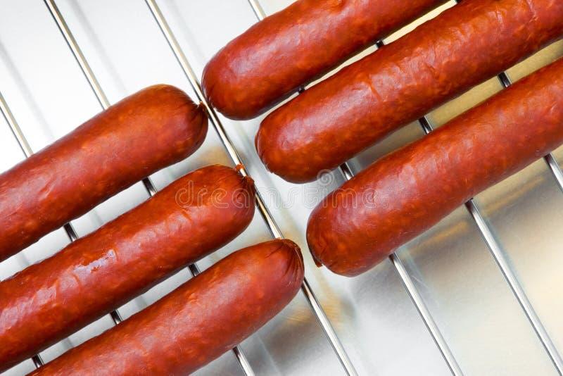 Worsten bij de barbecuegrill royalty-vrije stock afbeelding
