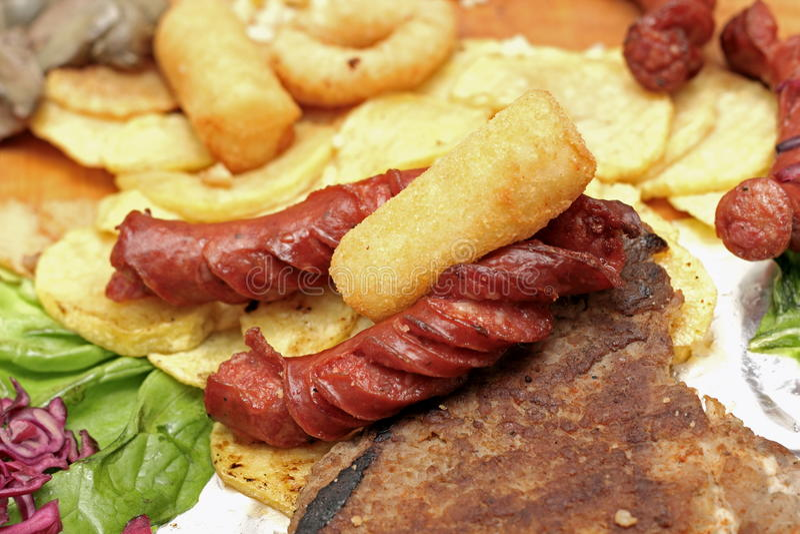 Worsten en aardappels stock fotografie