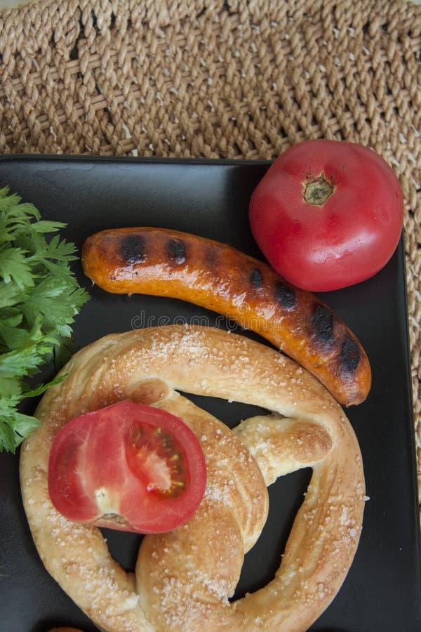 Worsten met brood en tomaten stock afbeeldingen