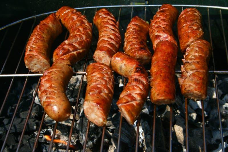 Worsten op een barbecue stock afbeeldingen