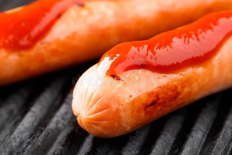 Worsten op een grill stock fotografie