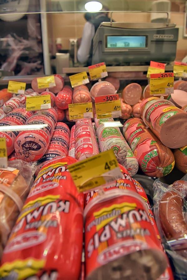 Worsten op vertoningssupermarkt stock foto