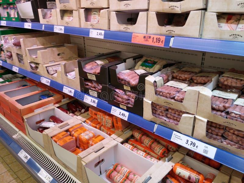 Worsten in supermarkt stock afbeeldingen