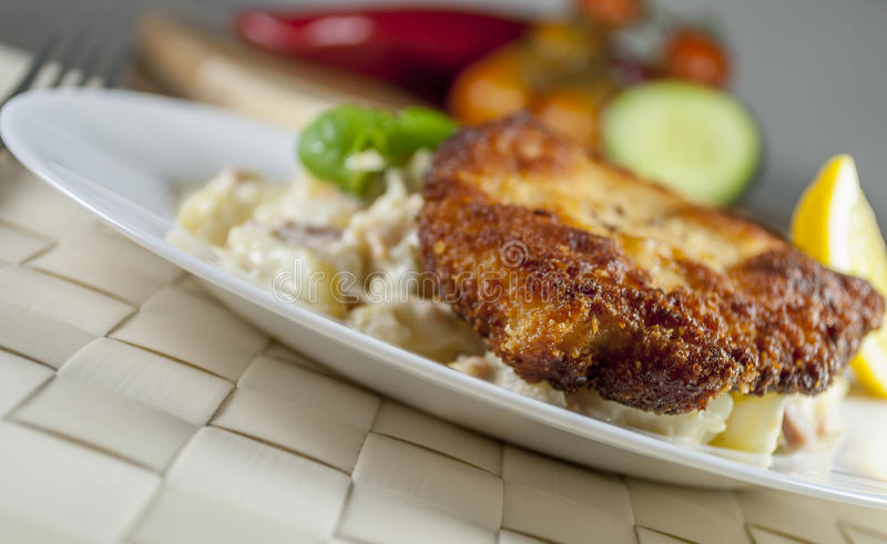 Worstjeschnitzel met aardappelsalade royalty-vrije stock foto