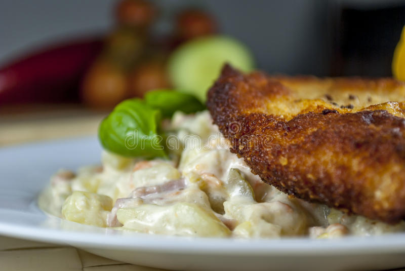 Worstjeschnitzel met aardappelsalade stock foto