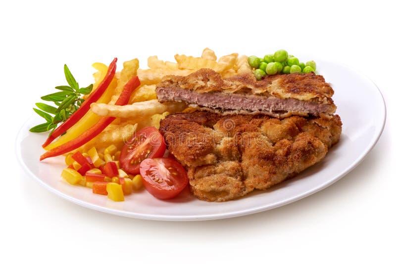 Worstjeschnitzel met aardappelsgebraden gerechten, op witte achtergrond worden geïsoleerd die stock foto's