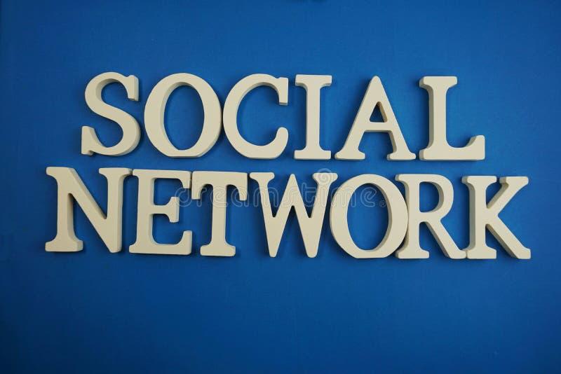 Wort-Alphabetbuchstaben des Sozialen Netzes auf blauem Hintergrund stockfotografie