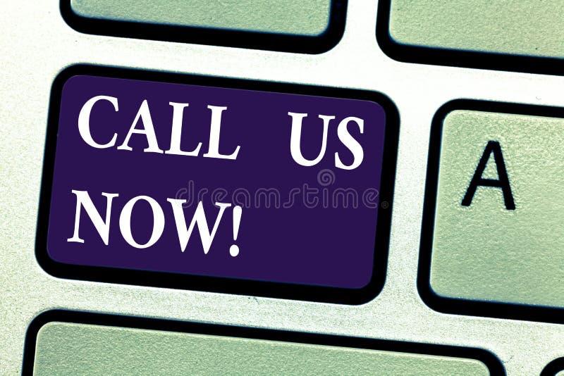 Wort, das jetzt Text Anruf uns schreibt Geschäftskonzept für Communicate per das Telefon, zum mit von Beratungsstellestützunterst lizenzfreies stockfoto