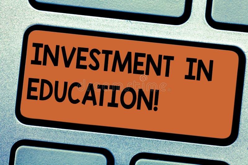 Wort, das Text Investition in Ausbildung schreibt Geschäftskonzept für Attain Wissen, das das Erwerben der Tastatur erhöht lizenzfreie abbildung