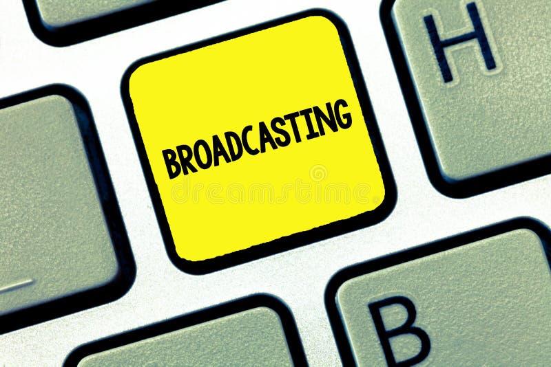 Wort, das Text Sendung schreibt Geschäftskonzept zu Transmit Programm oder etwas Information durch Radiofernsehmedien lizenzfreies stockbild