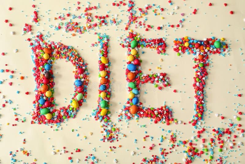 Wort DIÄT gemacht von den Farbsüßigkeiten auf hellem Hintergrund lizenzfreies stockfoto