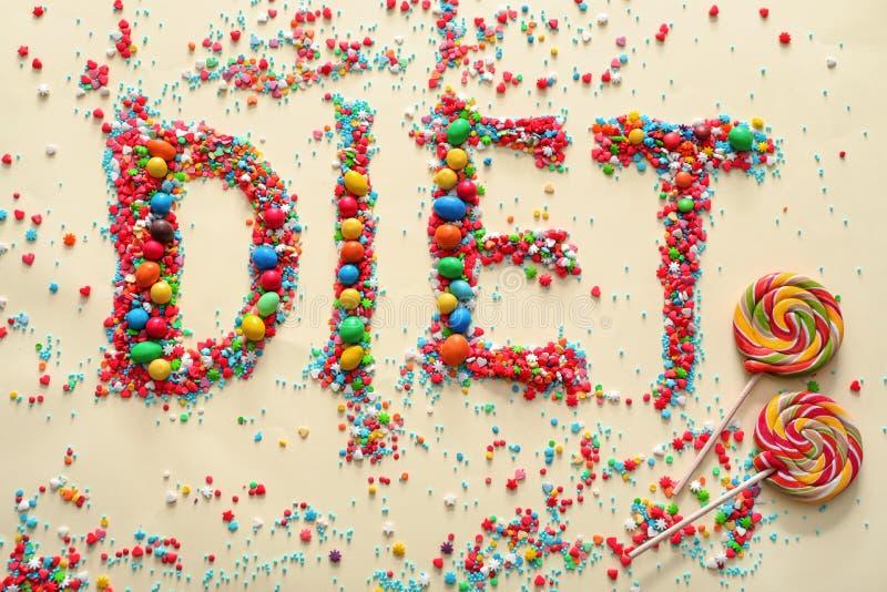 Wort DIÄT gemacht von den Farbsüßigkeiten auf hellem Hintergrund stockfotos