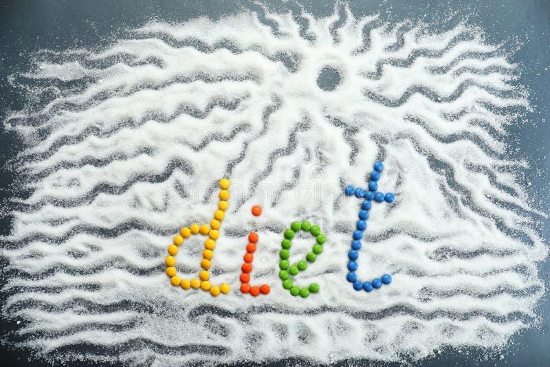 Wort DIÄT gemacht von den Farbsüßigkeiten mit Zucker auf Tabelle stockbilder