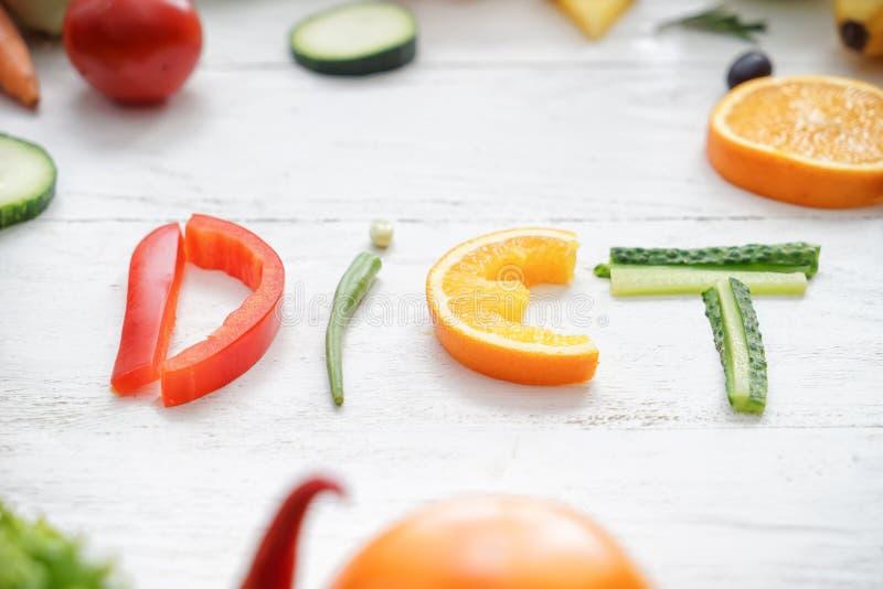 Wort DIÄT gemacht von den gesunden Produkten auf hellem hölzernem Hintergrund lizenzfreie stockbilder