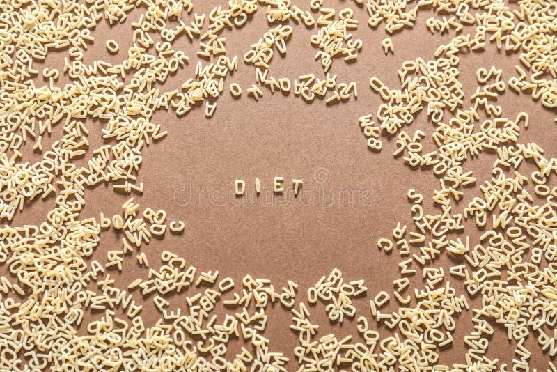 Wort DIÄT gemacht von den Teigwarenbuchstaben auf Farbhintergrund stockfoto