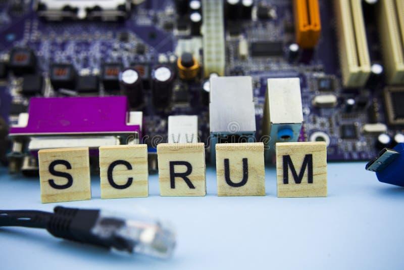 Wort GEDRÄNGE auf Holzklötzen mit Informationstechnologiehintergrund Computer mainboard Hintergrund mit Gedrängebuchstaben lizenzfreie stockbilder