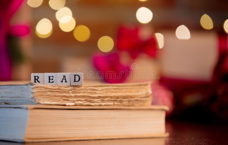Wort gelesen und Bücher auf Hintergrund mit feenhaften Lichtern stockfotos