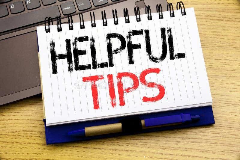 Wort, hilfreiche Tipps schreibend Geschäftskonzept für Hilfe in FAQ oder im Rat, geschrieben auf Notizbuchbuch auf dem hölzernen  stockbild