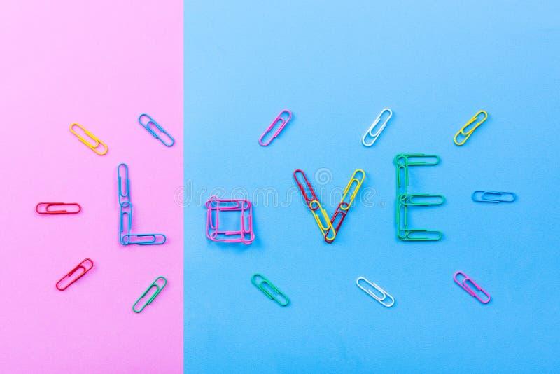 Wort ` Liebe ` gemacht von den Büroklammern lizenzfreie stockfotos
