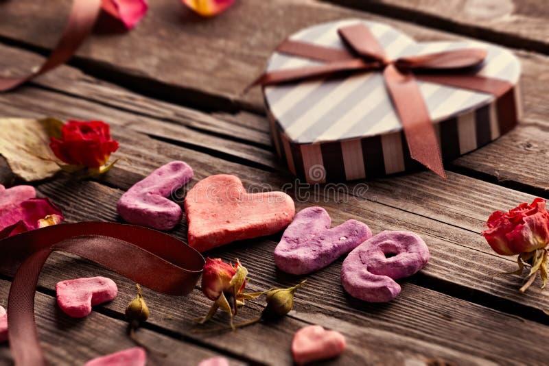 Wort-Liebe mit Valentinsgruß-Tagesgeschenkbox lizenzfreie stockbilder