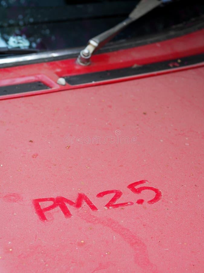 Wort P.M. 2 5 Hand schriftliche Anmerkung über weiße rustikale Haube eines Retro- Autos der alten Weinlese lizenzfreie stockbilder