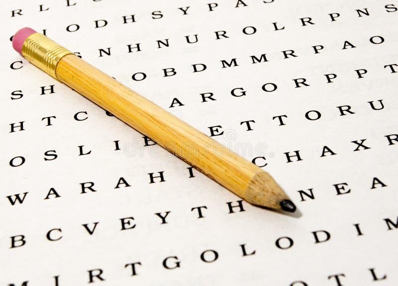 Wort-Recherche-Puzzlespiel mit Bleistift stockbild